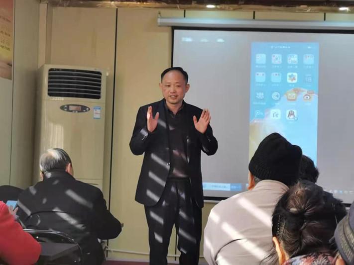"""电银付官网(dianyinzhifu.com):追智能手机的老年人:我们也很焦虑,再不""""触网""""就要被镌汰了"""