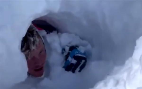美国男子滑雪时遭遇雪崩 随身相机拍下其被埋恐怖时刻