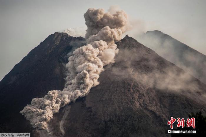 印度尼西亚默拉皮火山喷发 涌出滚滚红色熔岩