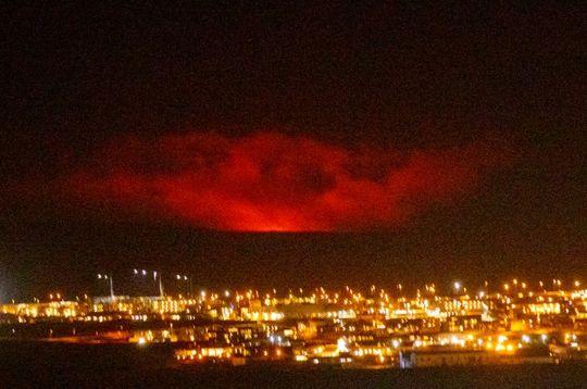 4周地震4万余次!时隔800年冰岛火山再次爆发:场面震撼