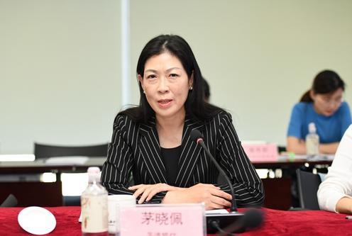 第四届常委会主任单位交通银行办公室副主任茅晓佩做第四届常委会工作报告