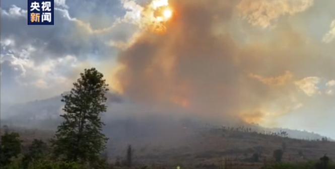 现场浓烟滚滚!云南大理发生森林火灾,近千人正在扑救