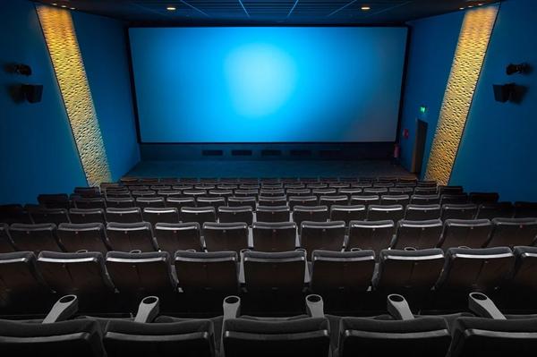 影院回应熊孩子拍打银幕半小时:换新需要近2万元