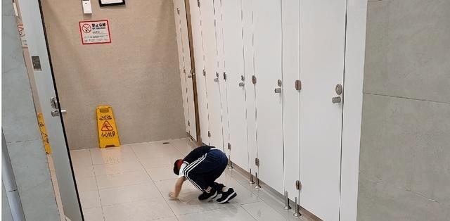 网友炸锅了!11岁男孩闯进女浴室起生理反应,其母:孩子小看不懂
