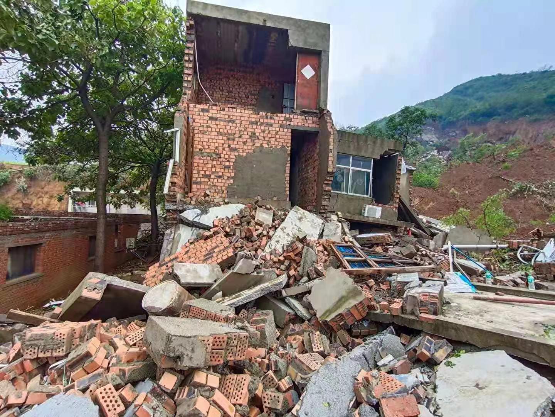 河南荥阳王宗店村受灾严重:已有8人遇难,村民返村寻人