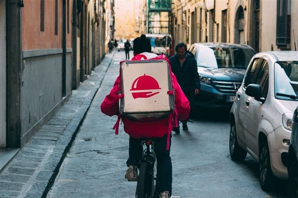 外卖员往用户外卖中吐口水 平台回应:开除骑手永不录用
