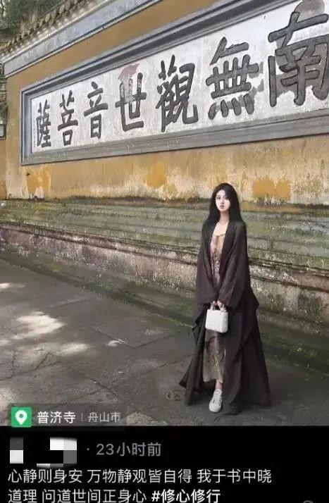 """""""名媛""""变""""佛媛""""!女网红抄经逛庙露大腿,袈裟遮不住狐狸尾巴"""