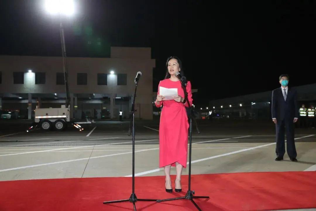 孟晚舟回家了!团圆夜,深圳机场这一幕让人泪目